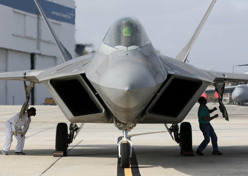 O F-22 necessita de manutenção constante em sua pintura de baixa visibilidade